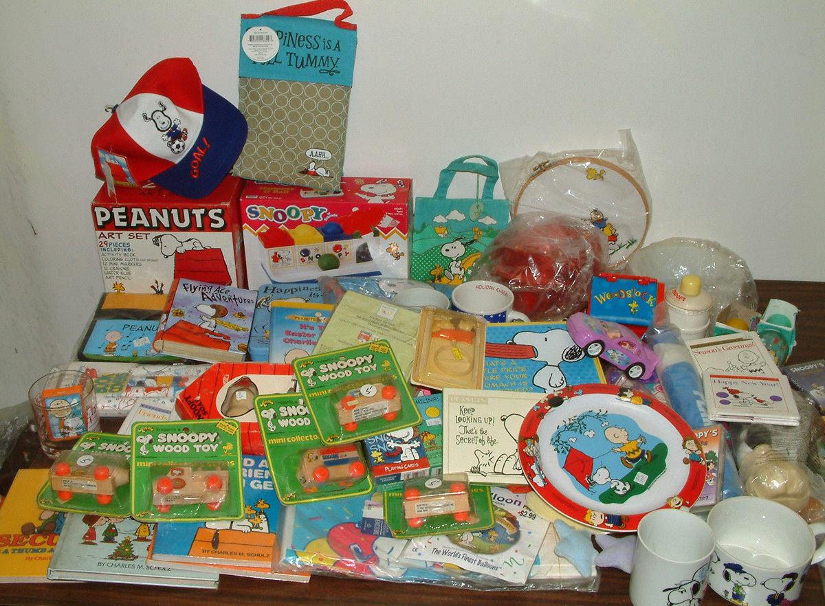 Muchas pandillas de maní juguetes de madera, platos, vasos, juegos de arte, sombreros de fútbol, libros.