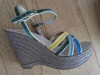 PIER ONE schöne Damen Sandalen Sandaletten gelb grün gold NEU Gr. 41 Keilabsatz