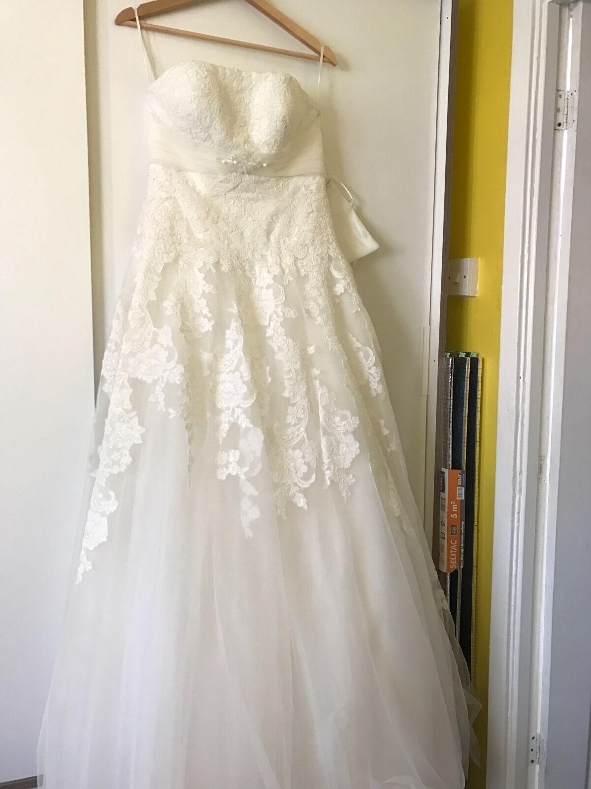 Beautiful lace Novia Corse wedding dress