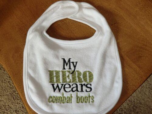 Brodé Bavoir bébé-mon héros porte des bottes de combat