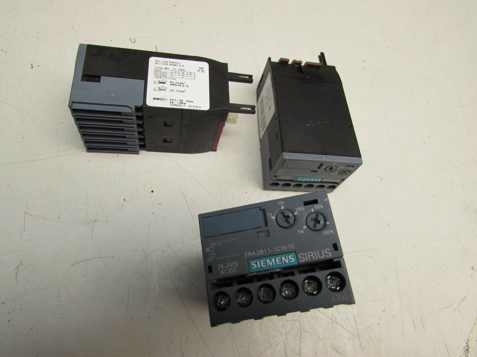 LOT OF 3 SIEMENS SIRIUS 3RA2811-1CW10 TIMING RELAY WITH ON-DELAY 24-240V XLNT
