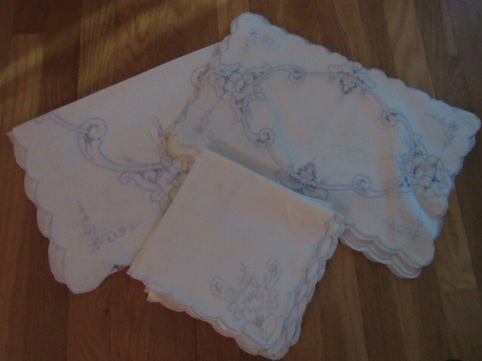 Lot de 8 VINTAGE napperons, serviettes et un courirner – Ivoire et bleu clair