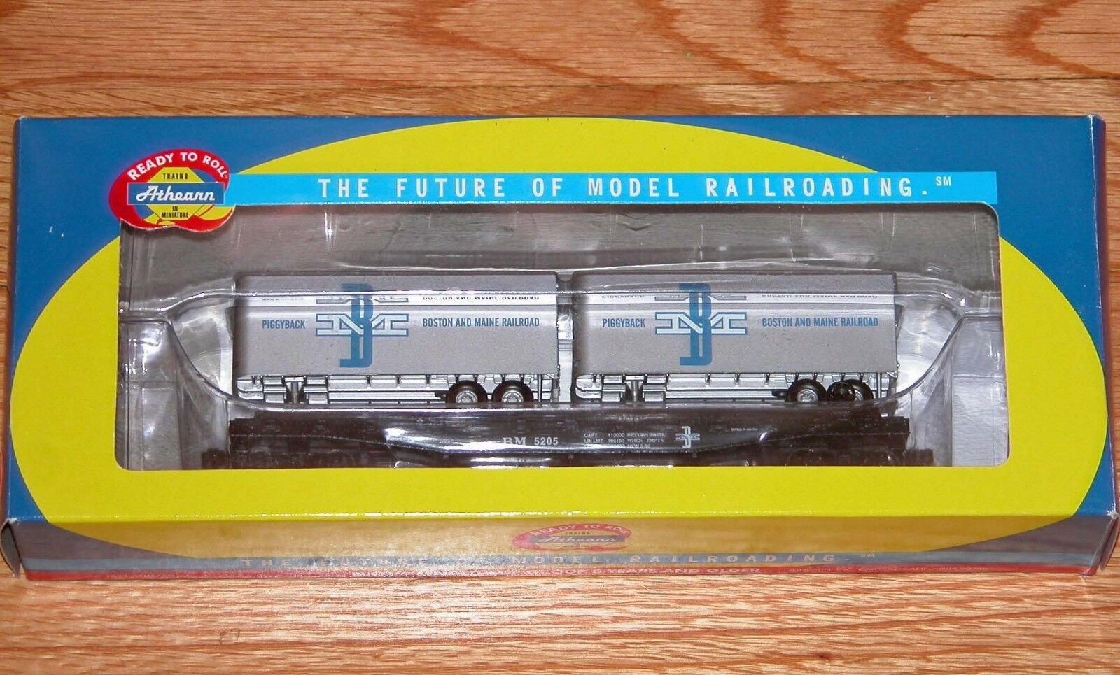 ATHEARN 92375 50' FLAT WITH TWO 25' TRAILERS BOSTON & MAINE BM 5205