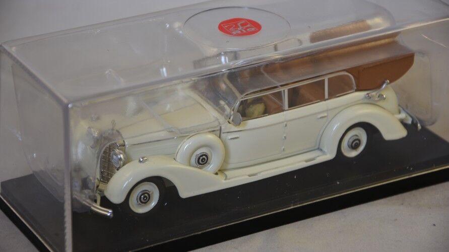 Rio 4490.P - Mercedes 770K avec figurine Eva Marroneee et soldat 1938  1 43