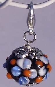 Charm-Anhaenger-Lampwork-Perle-Glas-Blume-Flower-schwarz-blau-Armband-AH287