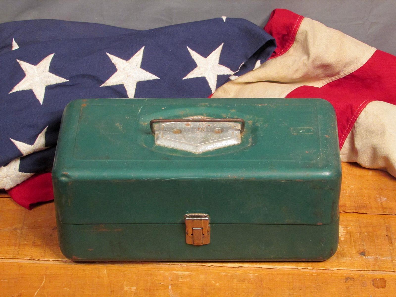Vintage 1950s Victor Pesca Metal Caja De Pesca Con Señuelos Reels Plus Atco Lititz, PA
