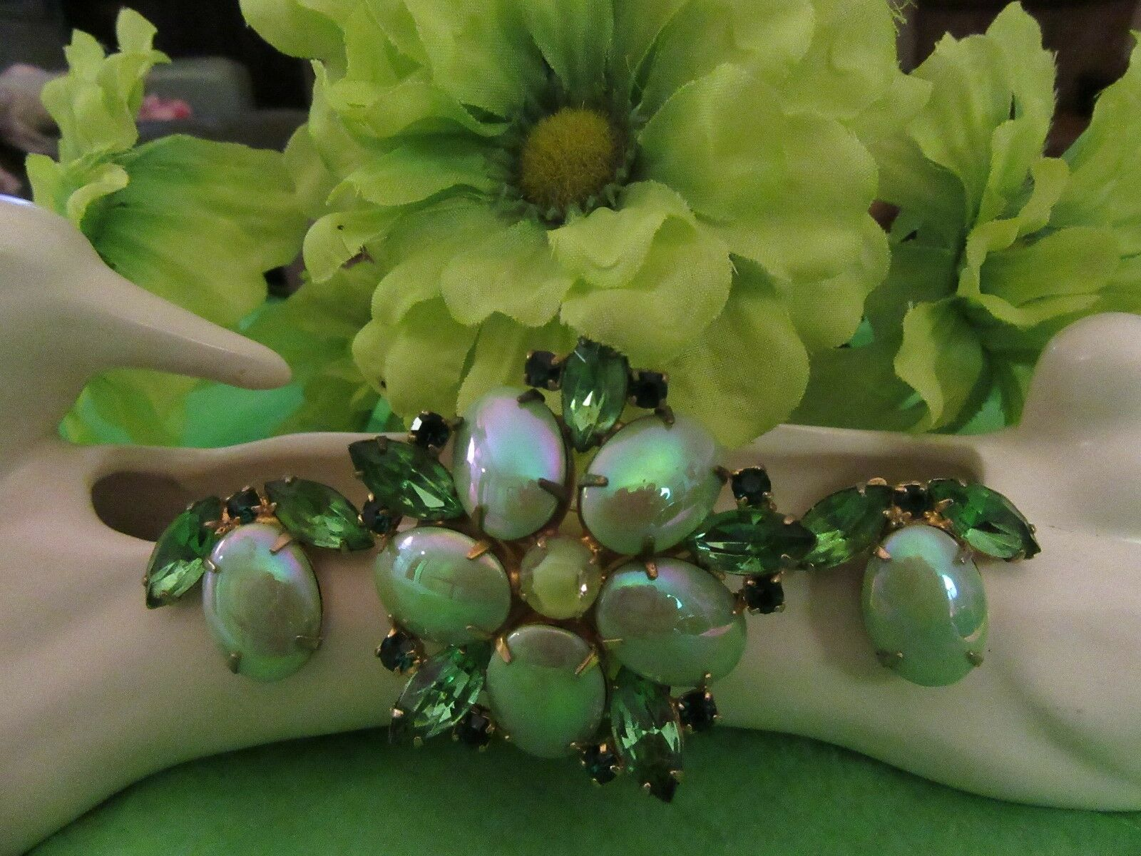 FAB VINTAGE GREEN IRIDESCENT CAB AND RHINESTONE BROOCH & CLIP EARRINGS ()