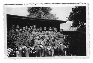 Foto-Soldatengruppe-in-Uniform-Muetze-Gebaeude-Foto-aus-Jena
