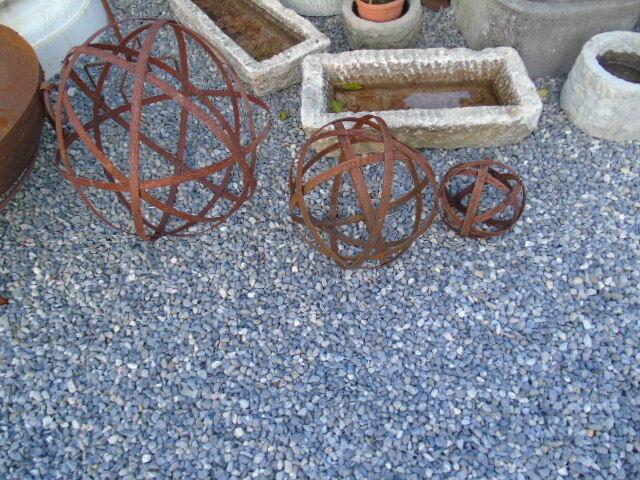 Boule en fer forgé patinée rouillé , art déco , nouveau   lot de 3 pcs