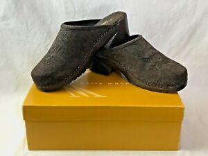 Womens Sz 7 White Mountain Marsella BROWN Mules Clogs Suede Leather Pattern Box
