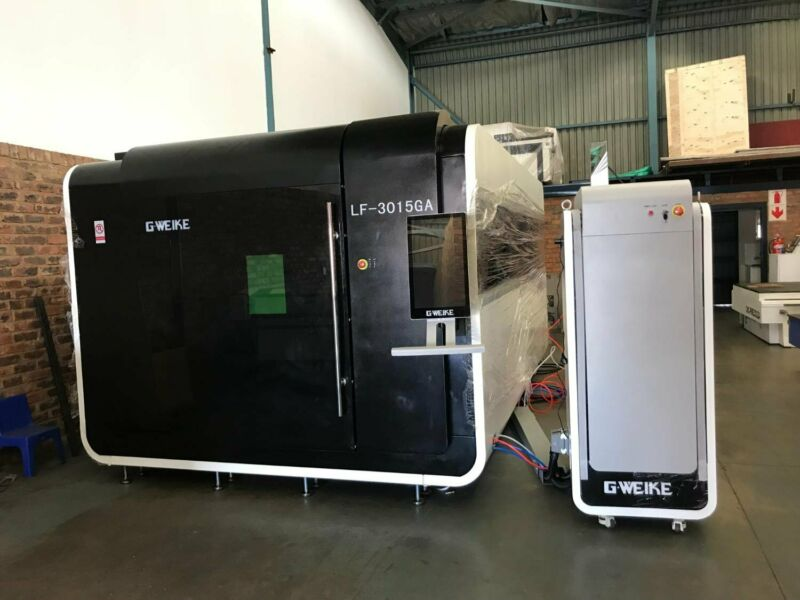 Fiber cutting machine 3000X1500mm with 1kw Raycus, with shuttle table