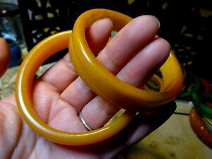 Une-Paire-de-Art-Deco-Testee-Sculpte-Ambre-Caramel-Bakelite-Bracelets