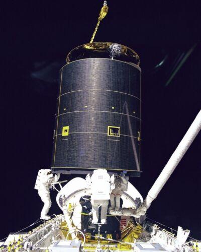NASA Astronauts capture Intelsat 603 satellite during STS-49 mission Photo Print