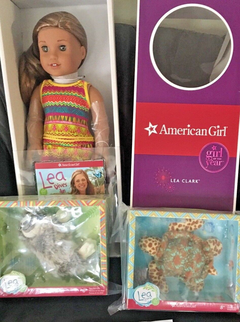 American Girl Lea  DOLL OF THE YEAR 18  messenger Tasche, necklace,turtle and sloth