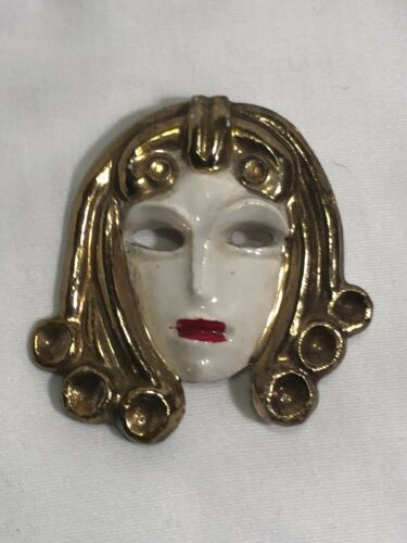 1950s DECO STYLE CERAMIC BROOCH LADY WITH GOLDEN H