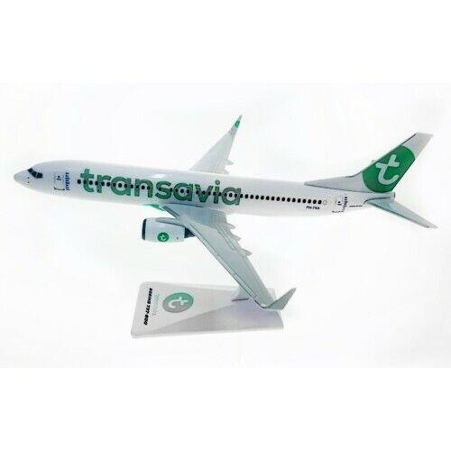 Premier plan como Herpa Wings snap fit 1:200 Transavia b737-800 con con soporte