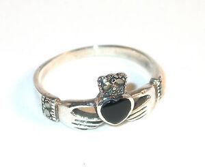 ring 2 hands holding a heart gem