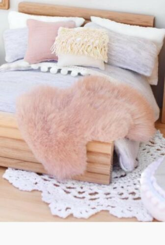 miniature dolls house accessories 1//2 scale accessories fluffy pink floor //throw