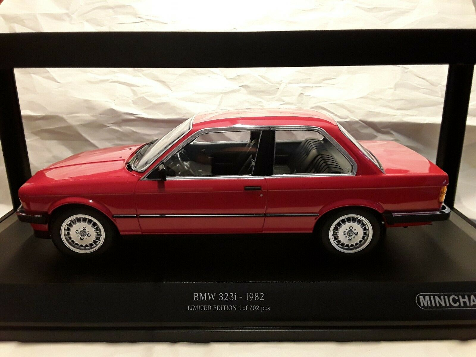 BMW 323i  Rouge 1982  1 18 Minichamps 155026000 (Limited Edition 702)