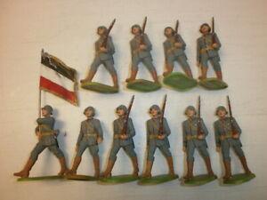 Konvolut-10-alte-Elastolin-Kunststoff-Soldaten-zu-7-5cm-Marschzug-Fahnentraeger