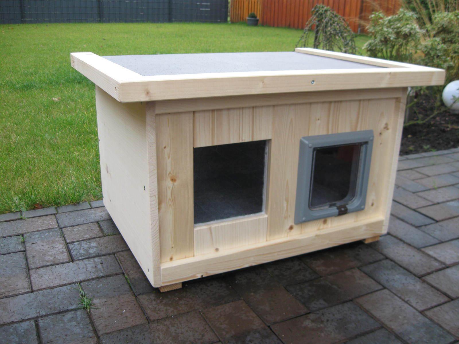 Katzenhaus mit  Katzenklappe  isoliert Hundehütte