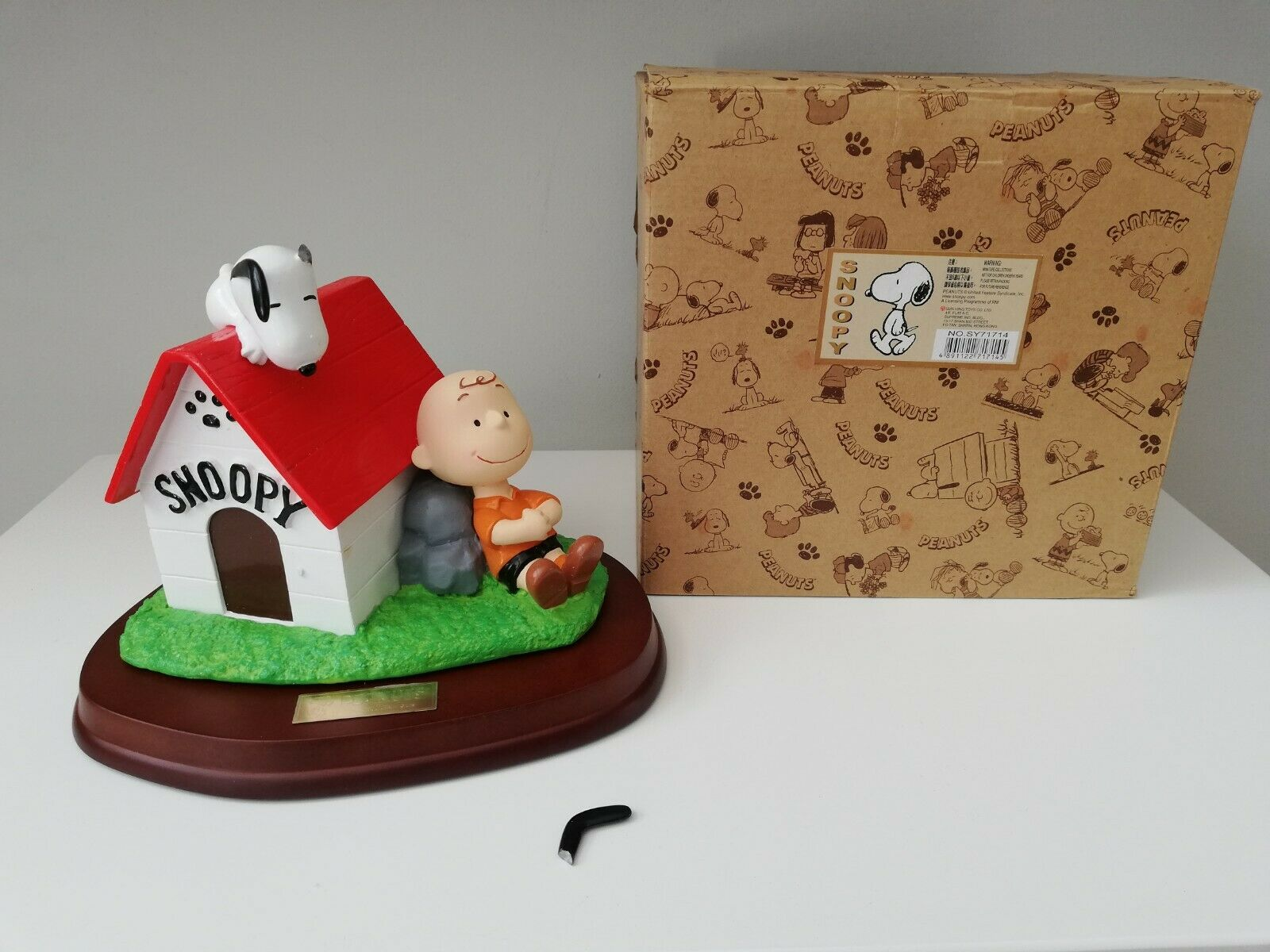 Peanuts Charlie braun Snoopy in Doghouse Resin Statue United Features Syndicate