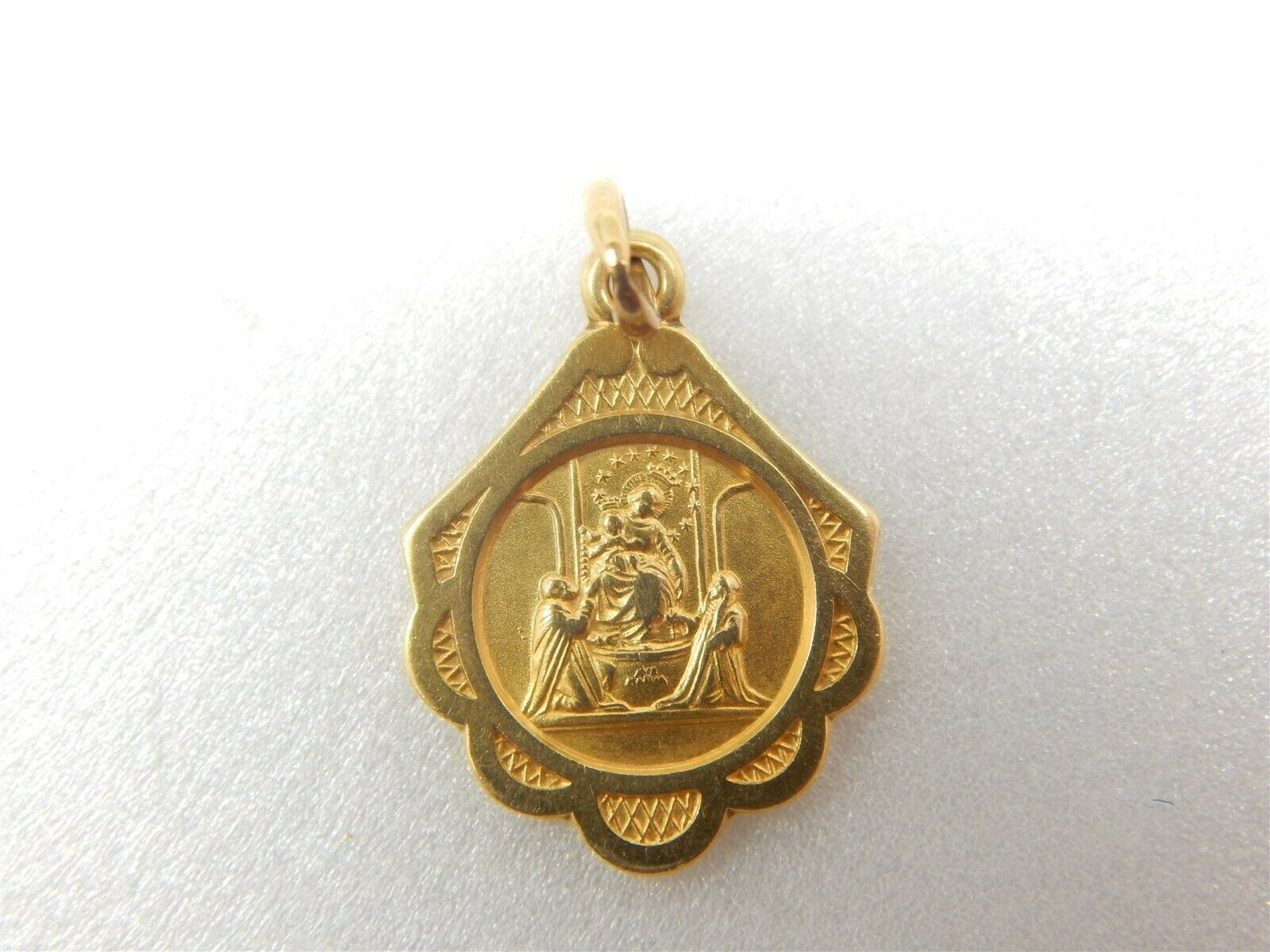 18K gold Round Blessed Mother w  baby Jesus Pendant Charm 750- 2 grams