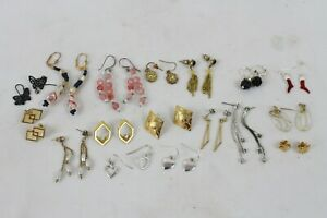 Vintage lot of 17 brooches and pins in gold tones