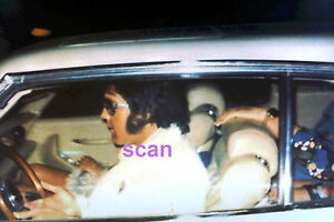 ELVIS-PRESLEY-IN-CAR-DRIVING-THROUGH-GRACELAND-GATES-MEMPHIS-1976-PHOTO-CANDID