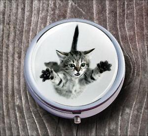 CAT-GREY-KITTEN-JUMPING-PILL-BOX-ROUND-METAL-mhj7Z