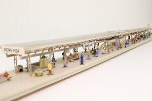 Faller-Spur-N-Bahnsteig-mit-viele-Figuren-beleuchtet-fertig-aufgebaut