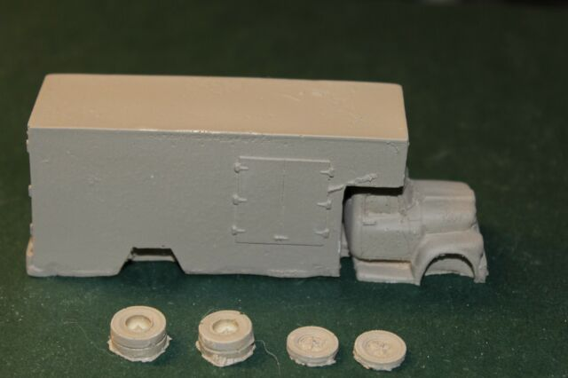 HO SCALE TRUCK -IHC MOVING VAN