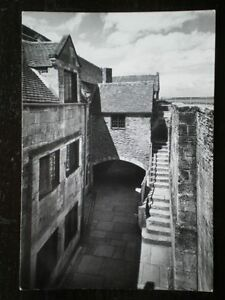 POSTCARD-RP-ISLE-OF-WIGHT-YARMOUTH-CASTLE-BASE-COURT-STEPS-TO-GUM-PLATFORM-F
