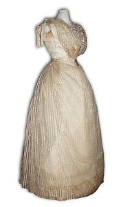 Ancienne robe de bal epoque 1890 , Griffée Paris Soie mousseline corset Vintage - France - État : Occasion: Objet ayant été utilisé. Consulter la description du vendeur pour avoir plus de détails sur les éventuelles imperfections. ... Type: Robe Matire: Soie Genre: Femme Epoque: Napoleon III Taille: XS Couleur: Rose - France