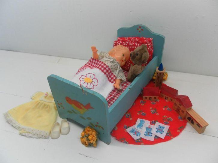 Antiguo Europa 1950s de Madera Muñeco de cama con Hong Kong Muñeca Y Accesorios
