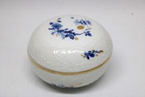Meissen-Deckeldose-blaue-Blume-Goldrand