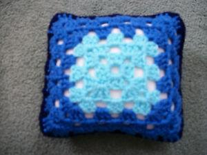 """Mini Crochet Carré Coussin/oreiller, Maison De Poupées, En Croissant, Décoratif, Bleu, 5.5""""-,dolls House,pincushion,decorative,blue,5.5"""" Fr-fr Afficher Le Titre D'origine"""