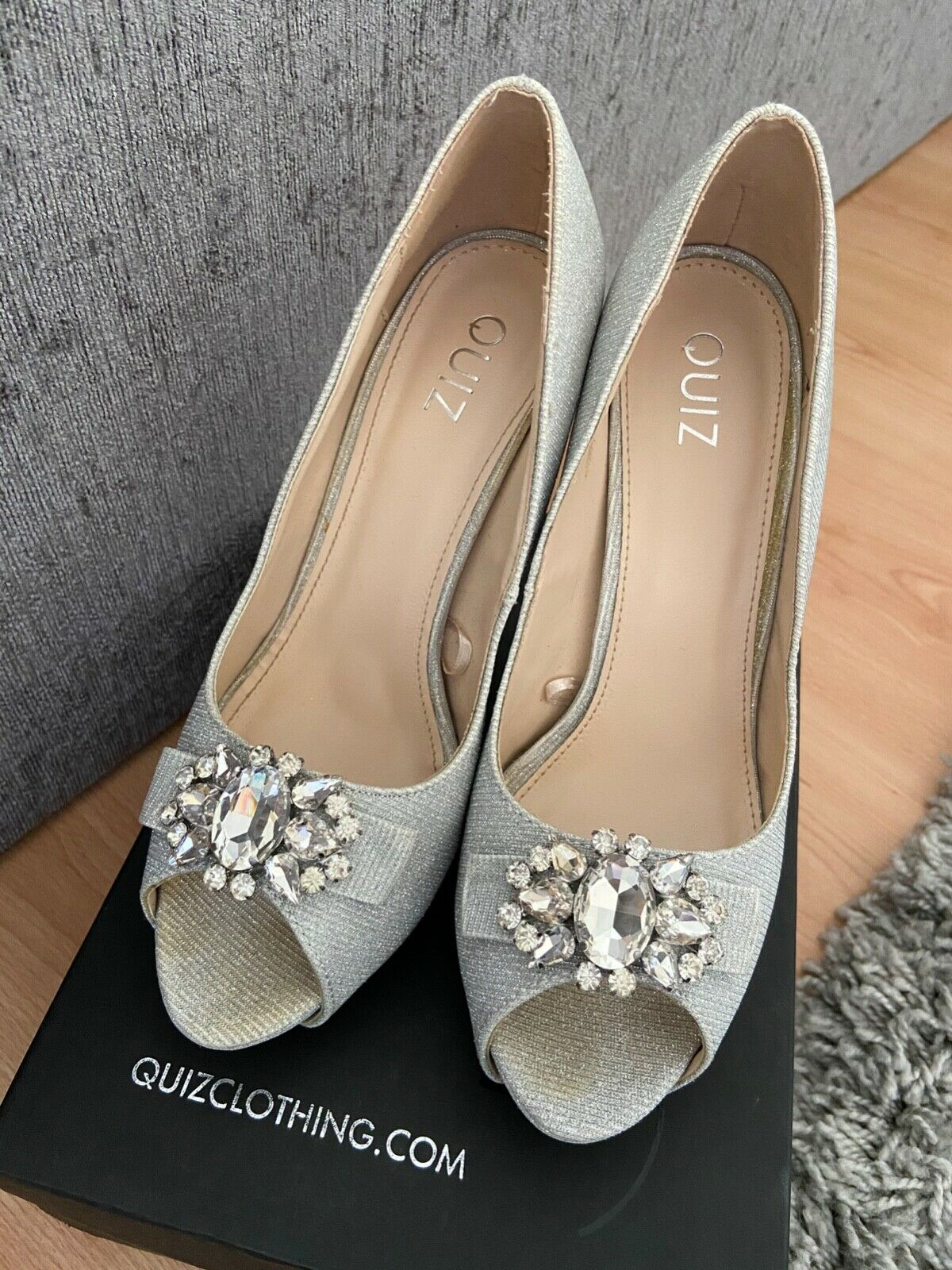 Quiz silver heels size 5 with box