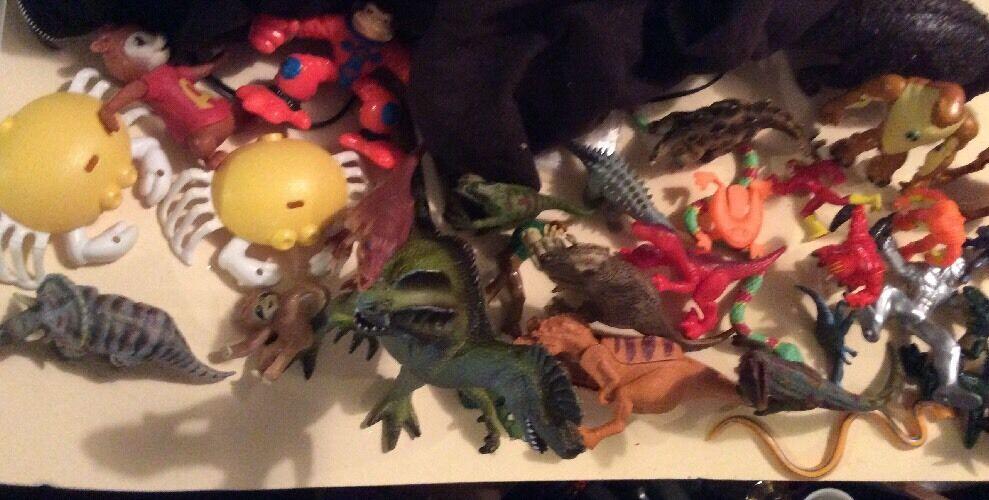 Riesige menge dinosaurier schlangen figuren superheros