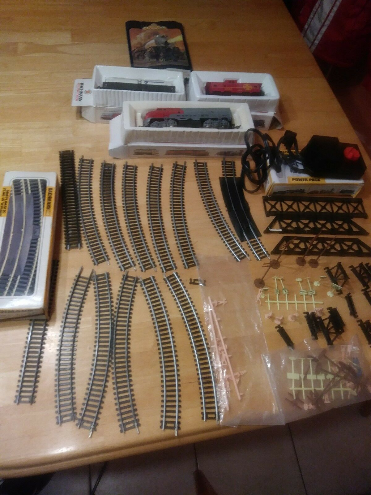 LOT OF MANY BACHMANN HO SCALE ELECTRIC TRAINS AND ACCESSORIES