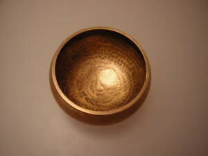 Gehaemmerte-klangschale-Singing-Bowl-Nepal-600gram-mit-Kloeppel-Gm
