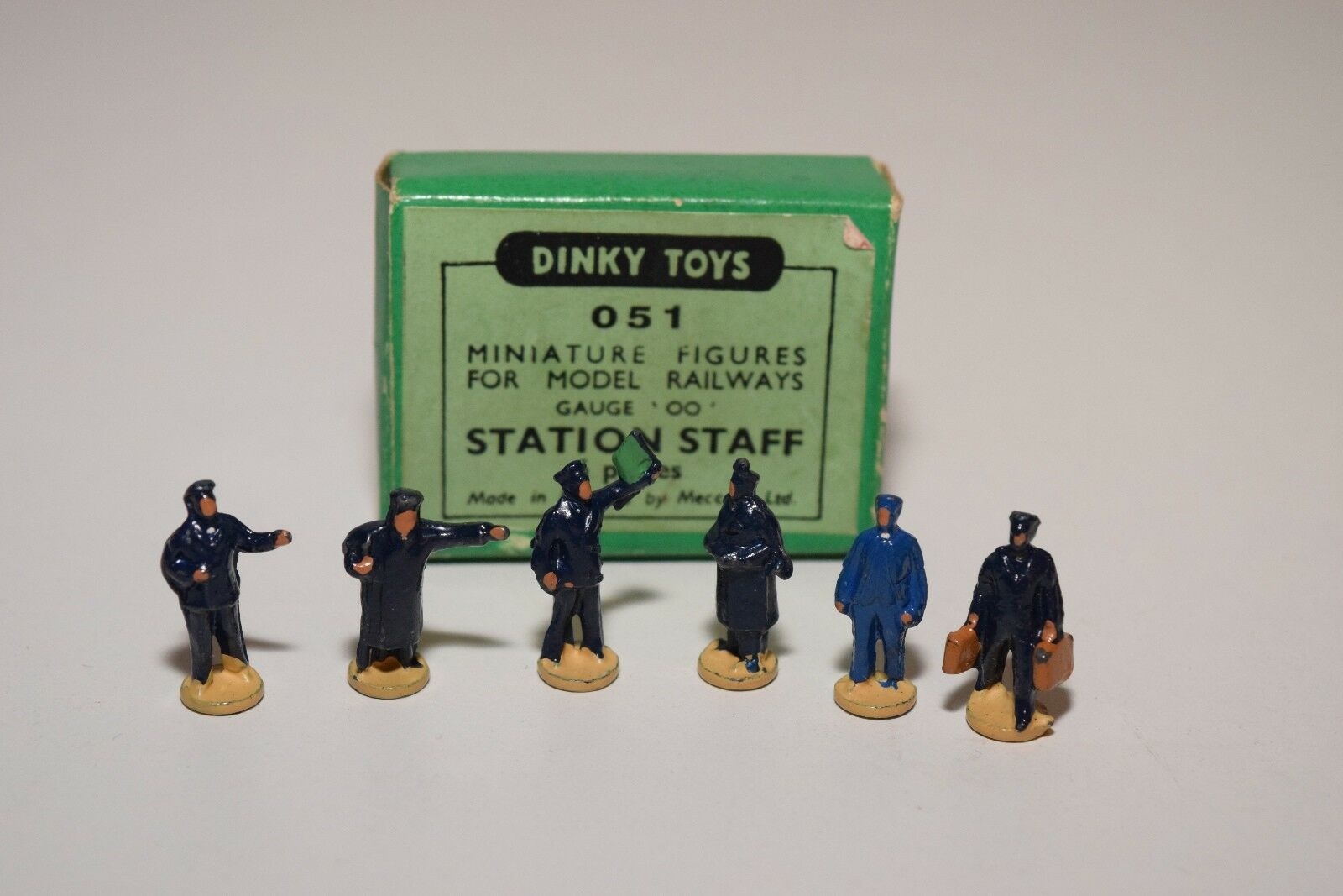 .- DINKY TOYS 051 RAILWAY STATION STAFF EXCELLENT BOXED
