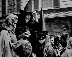Elizabeth-Montgomery-1969-Vintage-Press-Photo-Bewitched-Halloween-Date-Stamp