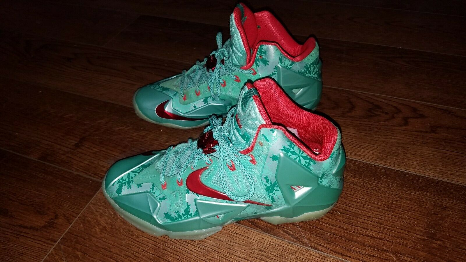 Lebron 11 christmas. Size 9.5.    I give them a 8 10. Send offers my way   a6b4b7