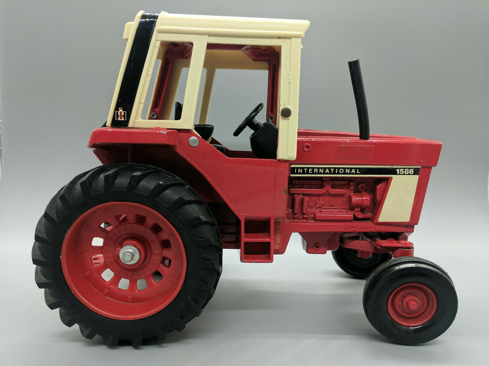 VINTAGE INTERNATIONAL FARMALL 1586 TRACTOR-1 16 SCALE-FREE SHIPPING
