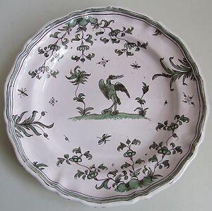Moustiers-Assiette-en-faience-a-decor-en-camaieu-vert-d-039-un-oiseau-XVIIIe