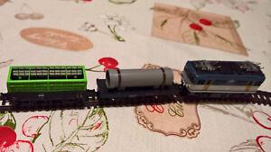 Locomotive à deux wagons de marchandises, échelle N, fonctionnement analogique.