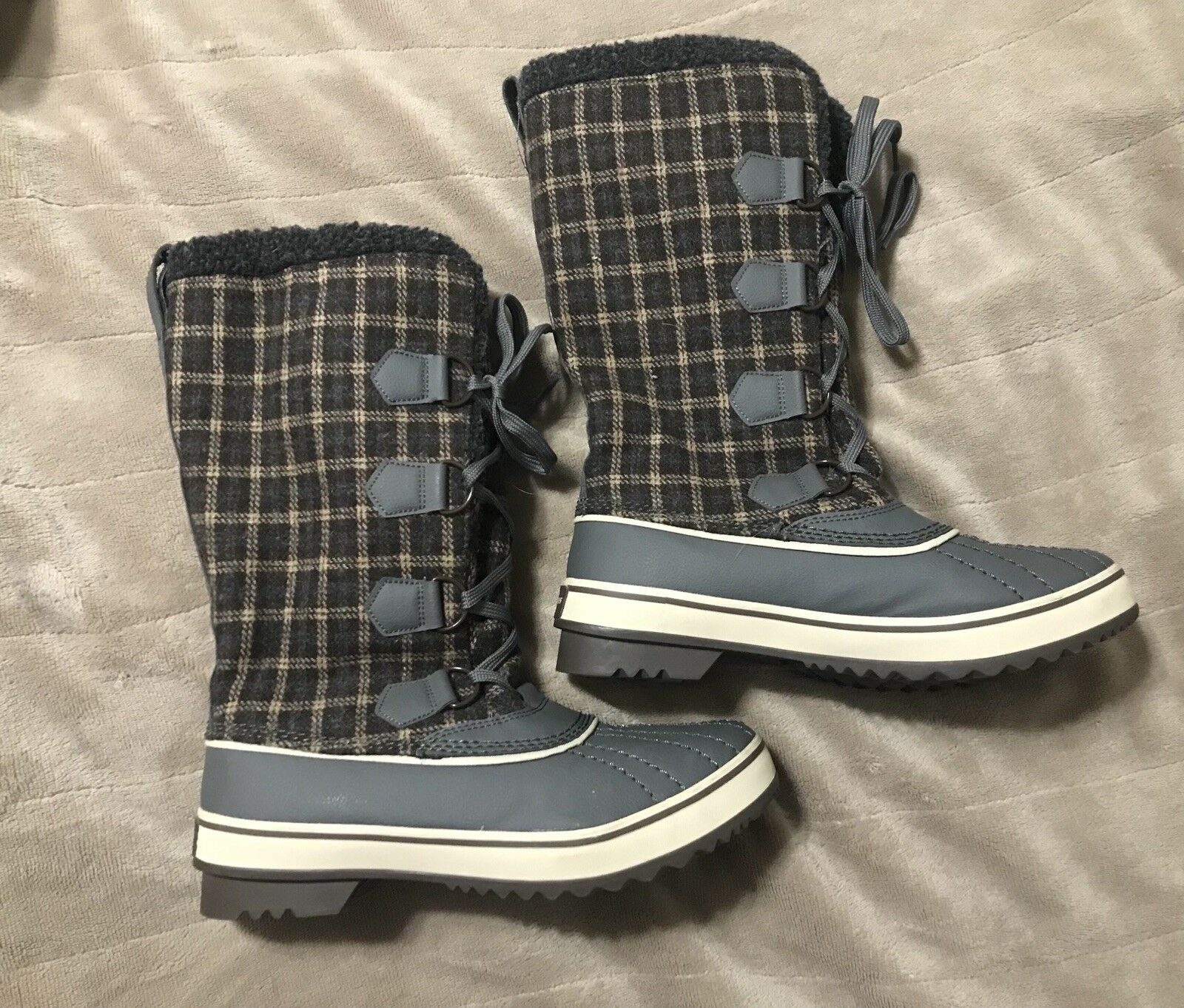 Skechers NWOT 9 Outdoor Boots Plaid
