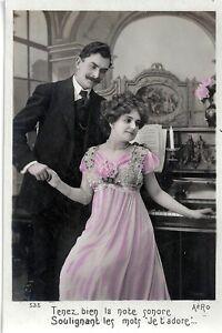 CPA-Photo-Flirt-Seduction-Couple-devant-un-Piano