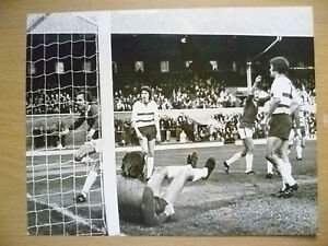 100-ORIGINAL-PRESS-PHOTO-PLAYER-in-ACTION-TO-GOAL-apx-21-5x16-7-cm